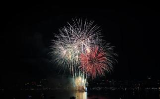 scena multicolore di notte dei fuochi d'artificio, Pattaya, Tailandia foto
