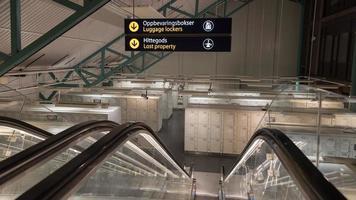 armadietti per bagagli e oggetti smarriti in una stazione ferroviaria foto