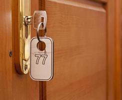 chiave nel buco della serratura con il numero foto