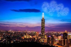 Taipei, Taiwan sera skyline. foto