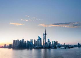 Skyline di Shanghai con rose rosse dell'alba foto