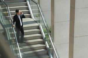 uomo d'affari sulle scale foto