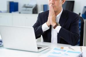 pregando nella speranza del successo foto