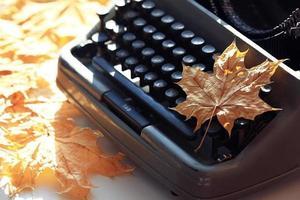 autunno vecchio concetto di macchina da scrivere foto