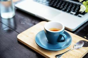 orario di lavoro. caffè caldo, espesso con il laptop. concetto di affari