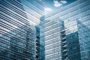 primo piano del grattacielo di vetro