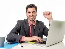 uomo d'affari in giacca e cravatta lavorando alla scrivania del computer in ufficio foto