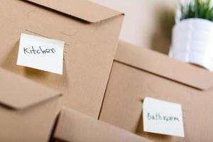 mucchio di scatole di cartone marrone con merci di casa o ufficio foto