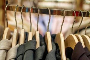 giacche eleganti appese al rack nel negozio foto