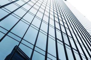guardando l'esterno e il cielo moderni dell'edificio per uffici di affari