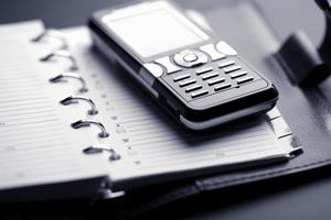 organizzatore e telefono cellulare foto