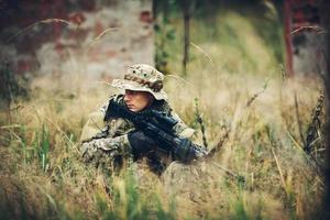 soldato con fucile nella foresta