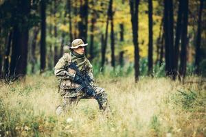 soldato con fucile nella foresta foto