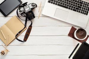 tavolo di lavoro con vista dall'alto di fotografo o artista foto