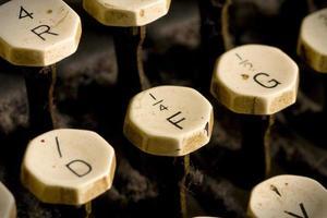 vecchie chiavi della macchina da scrivere focalizzate sulla f foto