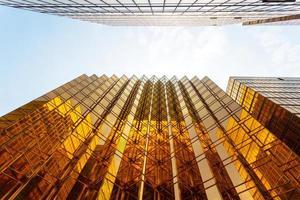 moderne sagome di vetro di grattacieli in città foto