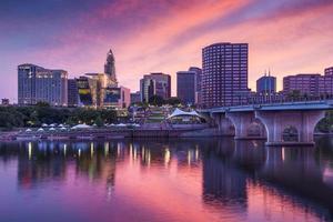 Skyline di Connecticut dal centro di Hartford al crepuscolo foto