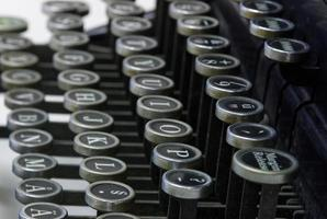 lettere su una vecchia macchina da scrivere foto