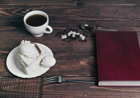 su un tavolo di legno delicatezza piattino con un pezzo di torta foto