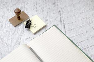 quaderno bianco e timbro su sfondo di vernice foto
