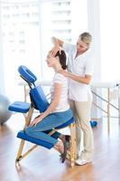 donna con massaggio al collo