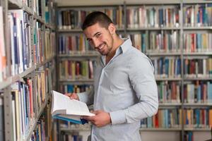 ritratto di uno studente universitario al campus foto