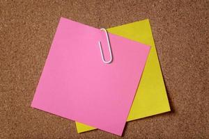 nota adesiva di due ricordi sulla bacheca di sughero foto