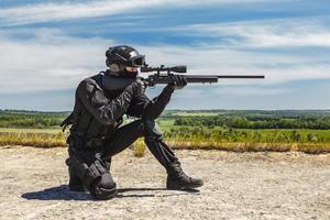 cecchino della polizia in azione foto