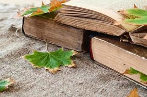 libro vintage con foglie di acero autunno foto