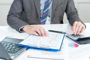 rapporto analizzante dell'uomo d'affari, concetto di prestazione di affari foto