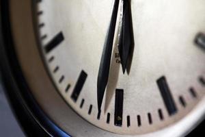primo piano di un orologio foto