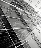 sagome di vetro moderno di grattacieli di notte foto