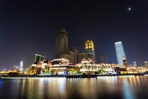 edifici moderni sulla riva del fiume foto