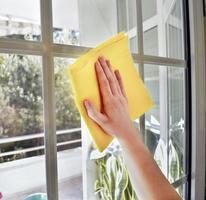 pulizia dei vetri delle finestre foto