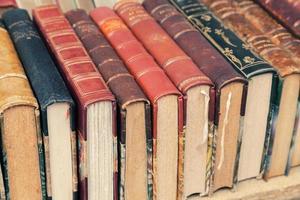 vecchi libri usati usati giacevano sullo scaffale foto