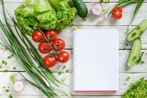 lista della spesa con insalata di verdure