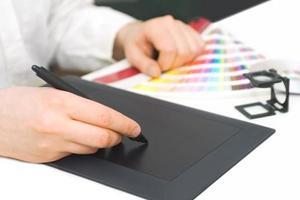 graphic designer al lavoro foto