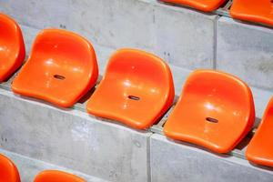 primo piano dei sedili rossi dello stadio. stand vuoto. sostenitore dello sport di squadra foto