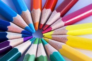 primo piano colorato delle matite su fondo bianco con dof poco profondo. foto