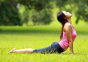 formazione ragazza sull'erba foto