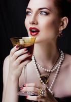 bellezza rossa elegante donna con acconciatura e manicure indossando foto