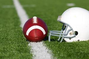 calcio e casco sul campo foto
