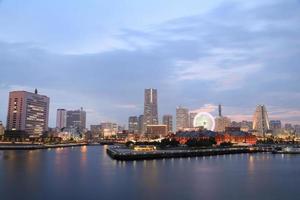 vista della baia di marina di notte nella città di yokohama foto
