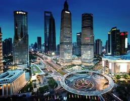 vista notturna di Shanghai dalla torre orientale delle perle foto