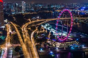 grande ruota panoramica nel moderno skyline della città, Singapore