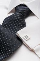 camicia da uomo bianca con cravatta nera foto