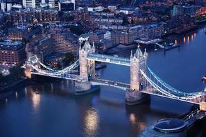 Londra di notte con architetture urbane e tower bridge