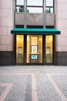 facciata di edificio vecchio stile e piano strada vuota. foto
