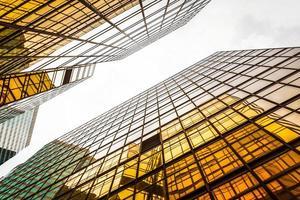 vista dal basso del moderno grattacielo esterno e cielo foto