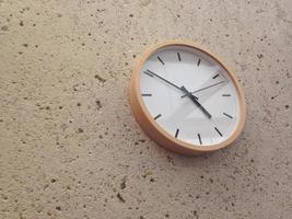 semplice orologio da parete analogico classico